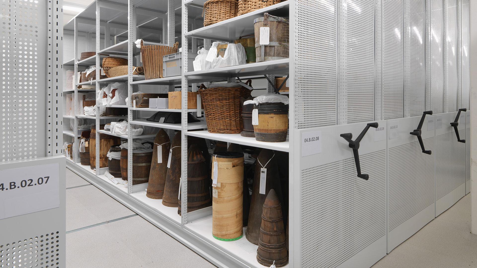 Regalsysteme-Archivregal-Rollregal-Museum-RR409-mauser-16-9RdWVfGOtKKIaI