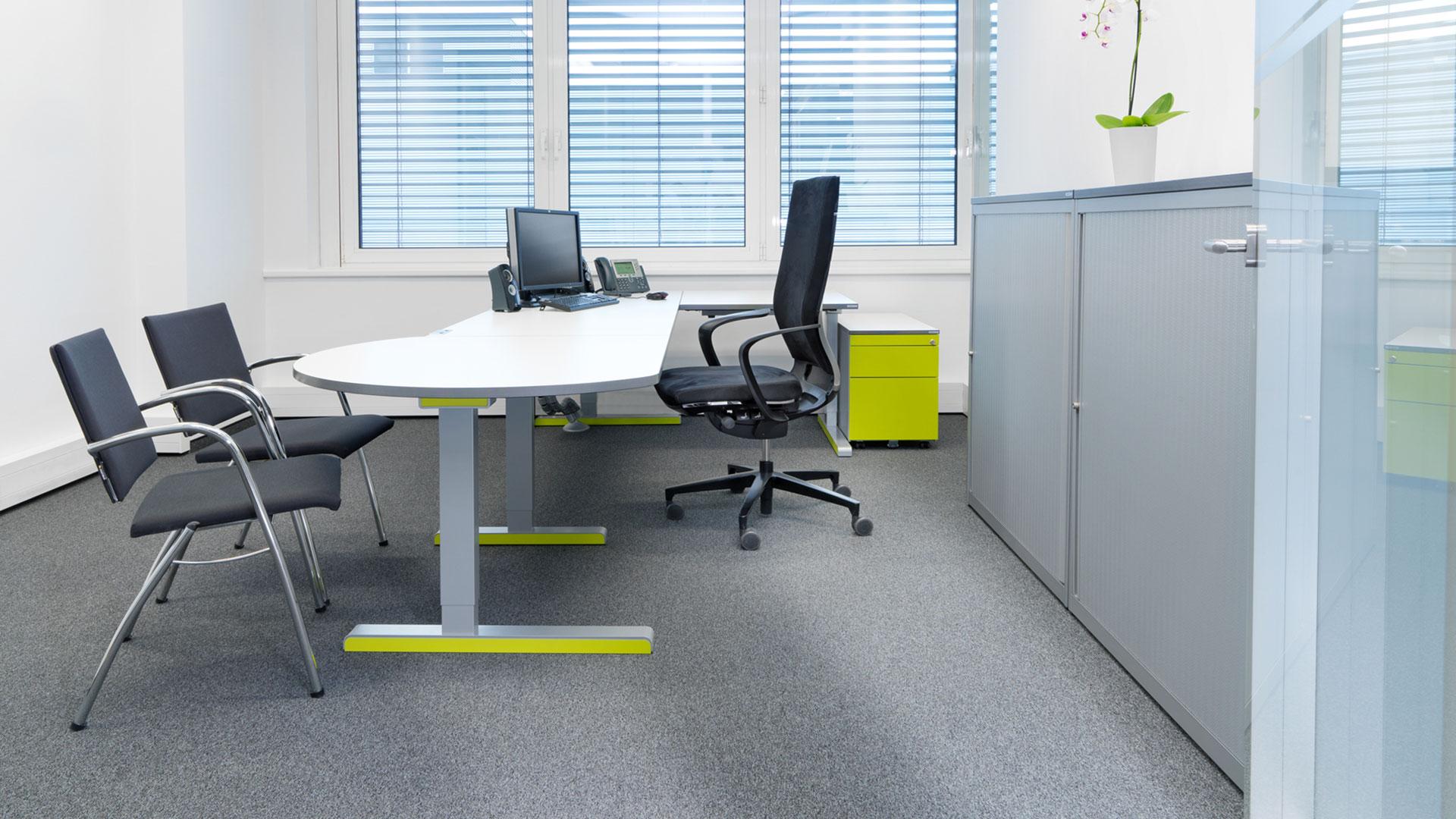 _Schreibtisch-Arbeitstisch-mit-Besprechungsansatz-varitos-c-mauser-16-9_grunPIaTHDwYm1R7p