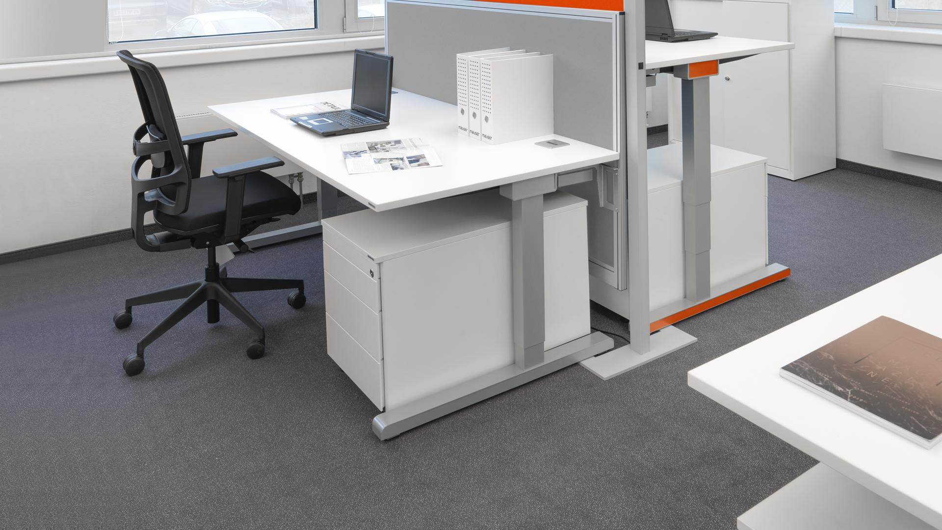 Schreibtisch-Arbeitstisch-hoehenverstellbar-Steh-Sitzarbeitsplatz-orange-varitos-c-mauser-slider